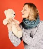Barnsligt lynnebegrepp Kvinnan rymmer nallebjörnen royaltyfri bild