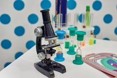 Barnsligt optiskt mikroskop royaltyfria foton