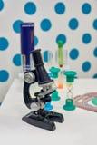 Barnsligt optiskt mikroskop arkivbilder
