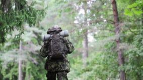 Barnsoldat med ryggsäcken i skog Fotografering för Bildbyråer