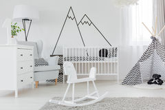 Barnsovrum med väggdekalen royaltyfria foton