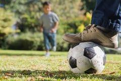 Barnspring för fotbollen Royaltyfri Foto