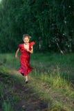 Barnspring i ett fält Royaltyfri Bild