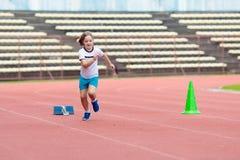Barnspring i stadion Ungar k?r sund sport royaltyfri bild