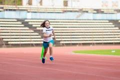 Barnspring i stadion Ungar k?r sund sport arkivfoto