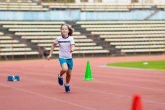 Barnspring i stadion Ungar k?r sund sport arkivfoton