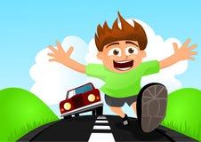 Barnspring i väg från bilen Arkivfoto