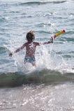 Barnspring i vågor Fotografering för Bildbyråer