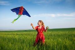 Barnspring med en drake Fotografering för Bildbyråer