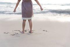 Barnställning på stranden Arkivfoton