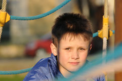 Barnstående på lekplats Arkivbild