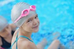 Barnstående på simbassäng Royaltyfri Bild
