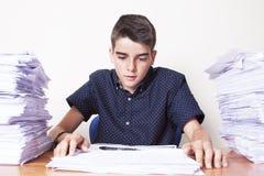 Barnstudent på skrivbordet arkivfoton