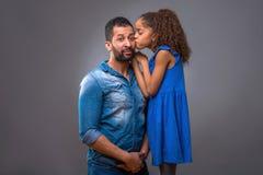Barnsvartfader med hans tonårs- dotter Fotografering för Bildbyråer