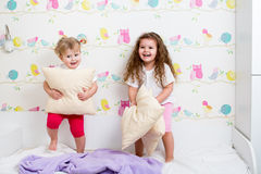 Barnsystrar som har gyckel Royaltyfria Bilder