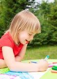 Barnteckning i en sommarträdgård Arkivfoto