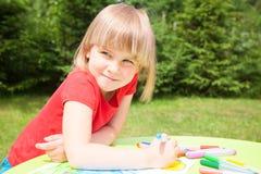 Barnteckning i en sommarträdgård Royaltyfri Fotografi