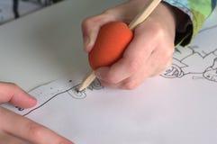 Barnteckning med den speciala blyertspennan Royaltyfri Bild