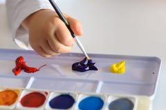 Barnteckning med färgrika färger fotografering för bildbyråer