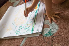 Barnteckning på det pappers- blocket royaltyfri foto