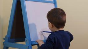 Barnteckning på det vita brädet stock video