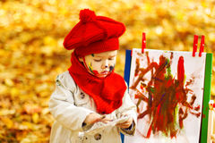 Barnteckning på staffli i Autumn Park arkivfoton