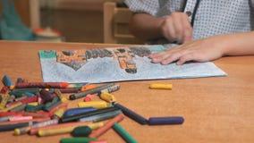 Barnteckningsbilder genom att använda chalks och blyertspennor stock video