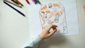 Barnteckningshus och att sätta hjärtatecknet och familjord på kuber, föräldralös arkivfilmer