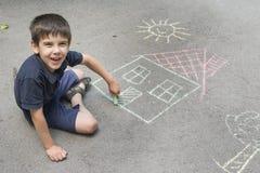 Barnteckningssol och hus på asphal Royaltyfria Bilder