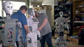 Barnteknikerer som gör roboten på seminariumstudion stock video