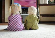 barntelevision som håller ögonen på tillsammans Arkivfoto