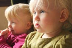 barntelevision som håller ögonen på tillsammans Fotografering för Bildbyråer