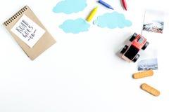 Barnturismdräkt med leksaker och anmärkning på lekmanna- modell för vit bakgrundslägenhet Royaltyfri Bild