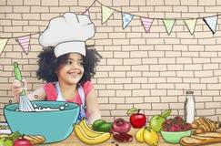 Barnungar som lagar mat kökgyckelbegrepp fotografering för bildbyråer
