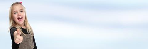 Barnungen som ler ung liten flickaframgång, tummar upp banersnut Fotografering för Bildbyråer