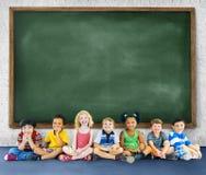Barnungeutbildning som lär gladlynt begrepp Arkivfoto