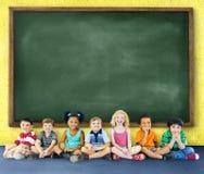 Barnungeutbildning som lär gladlynt begrepp Arkivbild