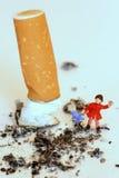 barnuniversitetsläraren skyddar rök t Royaltyfria Foton