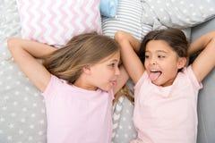 Barnuppfostran- och familjförbindelse av lyckliga små flickor i sovrum Familj och barnuppfostranbegrepp små flickor har gyckel royaltyfria bilder