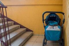Barnvagnanseende på trappuppgången i trappuppgången royaltyfria foton