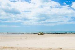 Barnvagnbil på den vita sandiga stranden Royaltyfria Bilder