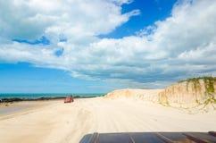 Barnvagnbil på den vita sandiga stranden Arkivbild