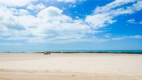 Barnvagnbil på den vita sandiga stranden Arkivfoton