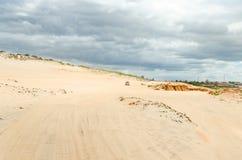 Barnvagnbil på den vita sandiga stranden Arkivbilder