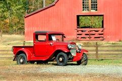 Barnyard-und Weinlese-Automobil lizenzfreie stockfotos