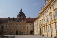 Barock borggård av den Benedictjne abbotskloster Arkivfoto