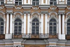 Barock fasad av gammal byggnad i den historiska staden Arkivbilder