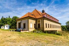 Barock kloster-Skalka, Mnisek fröskida Brdy, tjecktekniker Arkivfoto