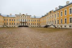 Barock Rundale slott och trädgård i Lettland royaltyfri foto