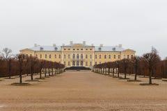 Barock Rundale slott och trädgård i Lettland royaltyfri bild